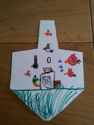 אייל צייר סצנה מהמשחק angry birds