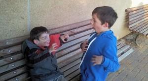 הילדים מביימים סצנה עם יאיר המחופש לאריה