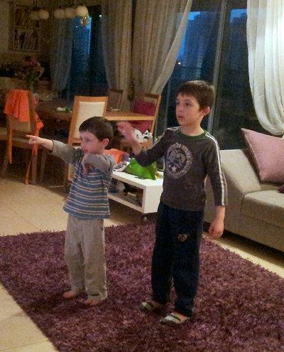 הילדים משחקים ב-x-box, במשחק Kinect Party
