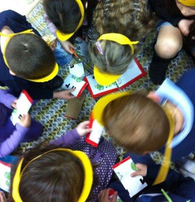 הילדים מרכיבים את הפאזל