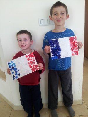 הילדים והדגל הצרפתי שלהם
