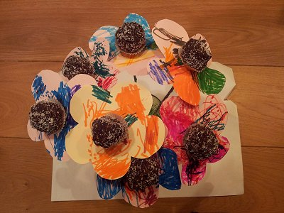 פרחים צבעוניים מכדורי שוקולד