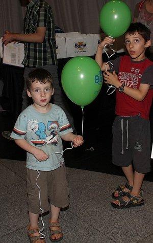 הילדים משתעשעים עם הבלונים באירוע. צלם: אביב חופי.