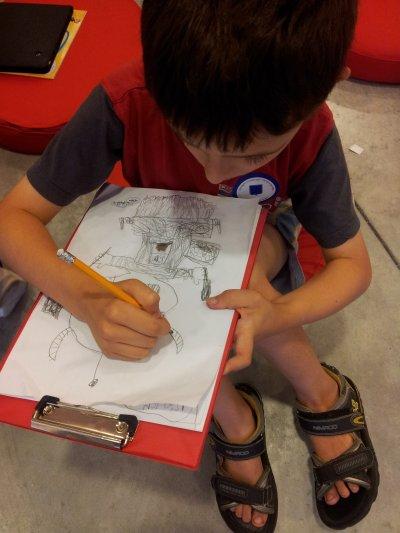 האמן אייל זוסימן בעת עבודתו