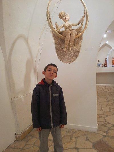 אייל והבובה האהובה עליו בתערוכה