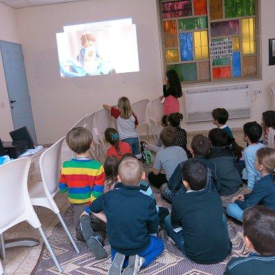 הילדים צופים בסרטון לגו