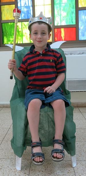 ילד יום ההולדת על הכיסא המפלצתי