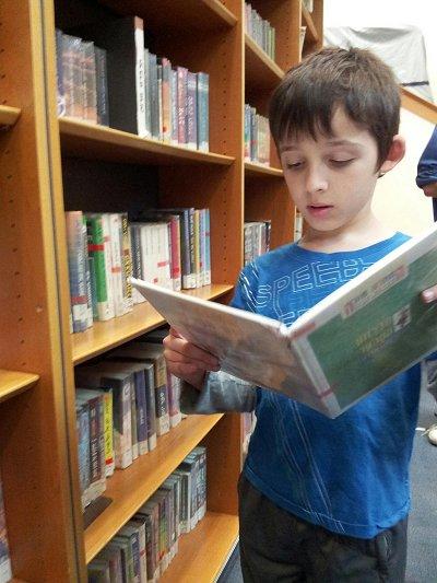 אייל בביקור הראשון בספריה העירונית